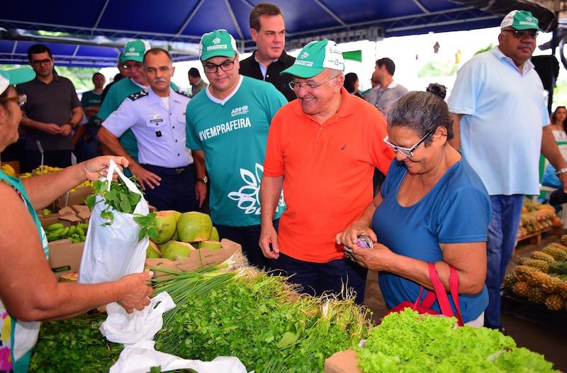 Governador do Amazonas, professor José Melo, entrega adubo orgânico e embalagens para hortifrutigranjeiros a produtores agrícolas do Estado