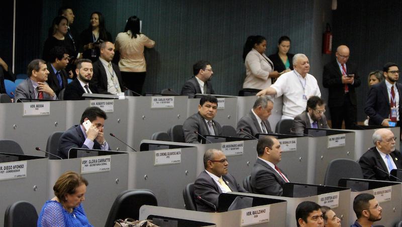 PL que proíbe abastecimento de GNV com pessoas no interior do veículo gera discussão no plenário nesta segunda