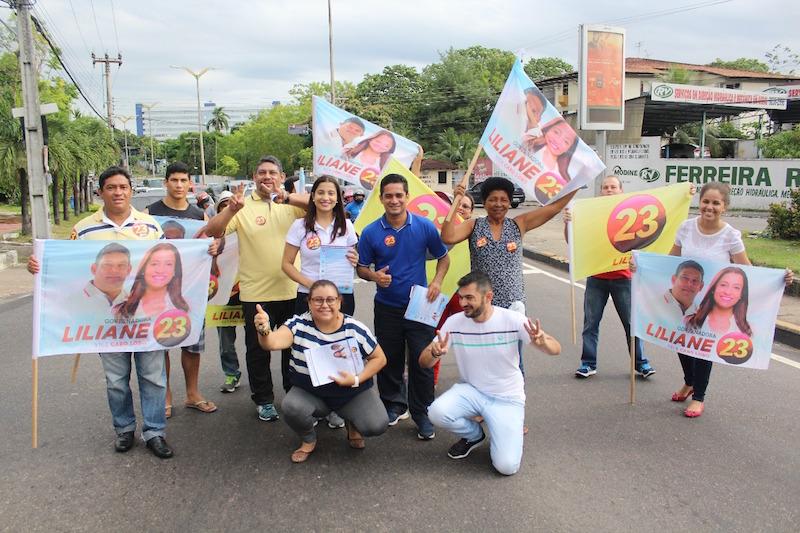 Liliane Araújo faz bandeirada no bairro Parque Dez