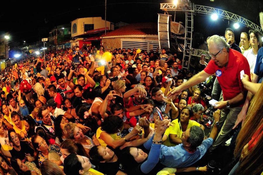 Em noite chuvosa, Amazonino arrasta multidão na Compensa
