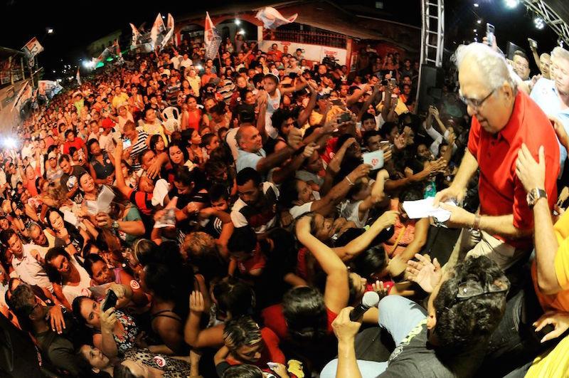 No Mutirão, Amazonino é recebido com euforia por multidão de moradores