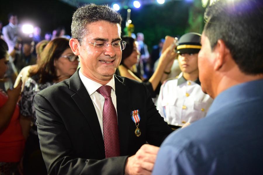 Governador David Almeida é agraciado com medalha em alusão aos 180 anos da Polícia Militar