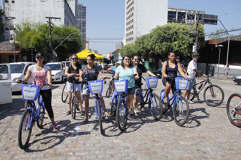 Manhã de domingo reúne adeptos da bike em passeio pelo Centro Histórico