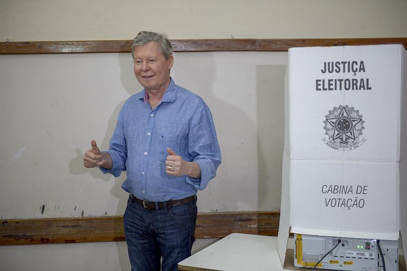Artur Neto vota e diz que eleição normalizará o Estado do Amazonas