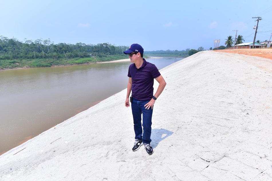 David Almeida fiscaliza andamento de obras do sistema viário em Guajará