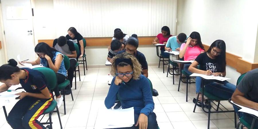 Alunos da Seduc fazem prova escrita para o Programa Jovens Embaixadores 2018